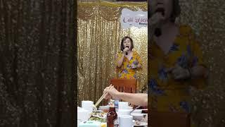 Cô chủ nhà hàng ở đảo Cát Bà hát tặng đoàn Huế