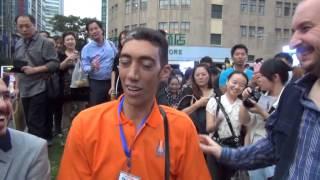 Längster Mann der Welt besucht China 2