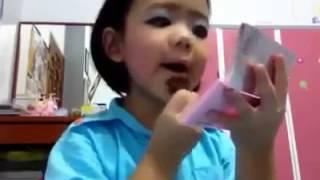 Bé gái dạy trang điểm cực dễ thương