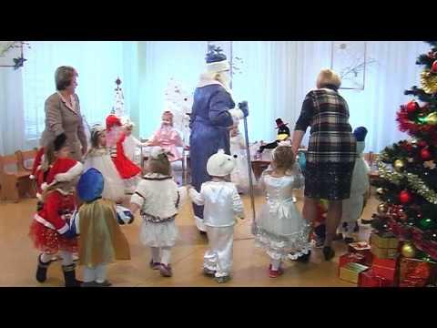 Детская площадка. Дети в садике прыгают со стола в песочницу / в детском садуиз YouTube · Длительность: 48 с