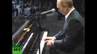 Путин играет на рояле)))