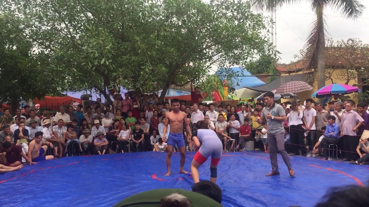 Đô vật nam vào phá giải đô vật nữ tại hội làng 10-3