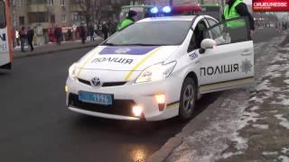 видео Полицейский сбил 2-х женщин