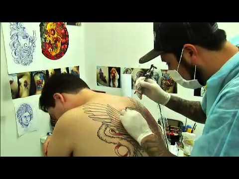Fênix tatuado nas costas inteira