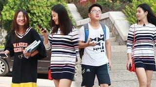 中国美女在街头故意与路人并排走,大家脸都憋红了!(趣味社会实验)