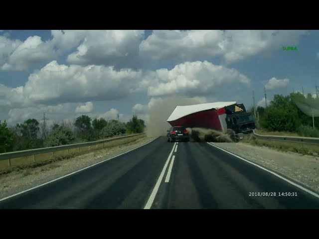 Impactante accidente de tráfico con dos camiones y dos coches implicados