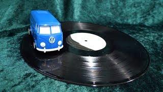 レコードの上を走る車 thumbnail