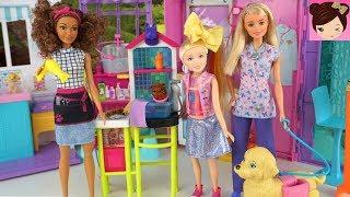 Frozen Elsa y Muñeca Jojo Siwa llevan a sus mascotas a la Peluquería de Barbie