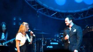 "Shannon Noll & Rachel Beck singing ""Don't Give Up"" at a Charity night 9.8.10 Resimi"