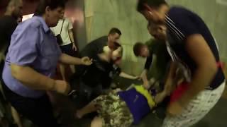 18+ Мошенница в метро грызет котенка !!! ШОК !!!