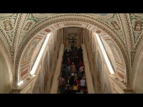 المؤمنون المسيحيون يتوافدون على كنيسة -لاتيران- بروما للتبرِّك بالسلالم المقدسة…  - 09:54-2019 / 4 / 18