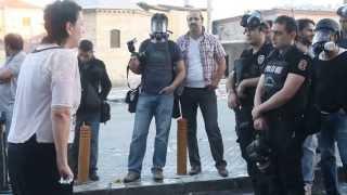 İstiklal Caddesinde Genç kadın polisle tartışıyor.