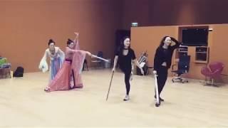 Hậu trường phim TVB Thâm cung kế- Lưu Tâm Du và Châu Tú Na luyện kiếm