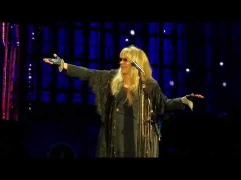 "Stevie Nicks dedicates ""Landslide"" to ""Aaron (Rodgers) and (his) boys"" Green Bay Packers"