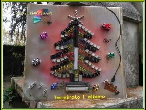 Albero di natale con materiale riciclato da tastiera pc - Decorazioni natalizie con materiale riciclato ...