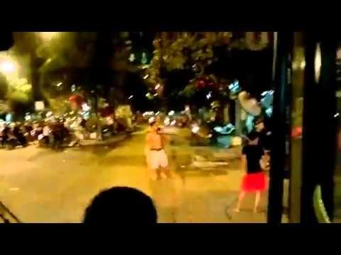 Video nhóm côn đồ chém người trước cổng chợ Phùng Khoang