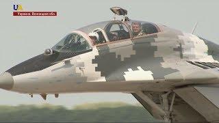 Петр Порошенко истребителем МиГ-29 прибыл на военный аэродром Винницкой области