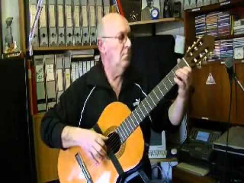 Il Maestro Giulio Molinari esegue un pezzo di musica leggera da sottofondo