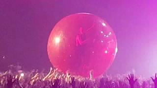 Twenty One Pilots - Guns for Hands (end) (Balloon!) Live Zenith Paris 20161117 222055 (archive)