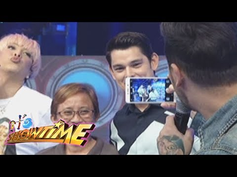 It's Showtime: Vice and Anne as photobombers