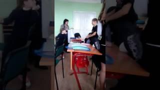 Учительница заставляет раздеватся школьника