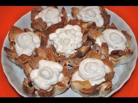 Пирожные со взбитыми сливками и фруктами