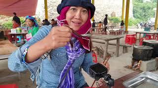 Bà Bán Phở ngạc nhiên với bát phở tại Chợ Phong Lưu xã Sơn Vĩ. Nguyễn Tất Thắng