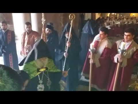Армянский Патриарх входит в Храм Гроба Господня.