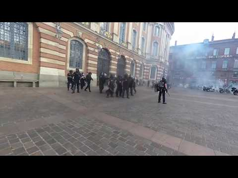 Nervous police gassing around... Live Video News Toulouse Fr