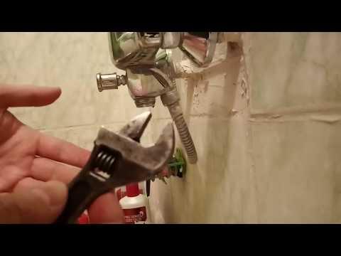 Простой ремонт кнопочного дивертора смесителя в ванной комнате.