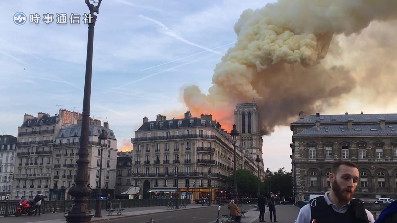 ノートルダム大聖堂で大火災=屋根や尖塔焼け落ちる-パリ