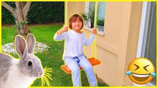 Tavşanlar bahçede oynuyor.Fatih Selim bahçe salıncağına biniyor.