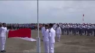 Virall !!  Anak SMP di Perbatasan Panjat Tiang Bendera saat Upacara Kemerdekaan