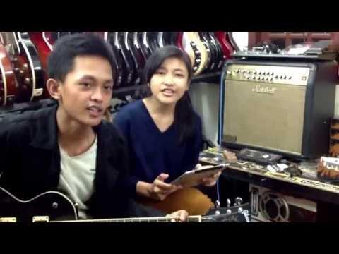 Pengamen cantik vani feat ezan cover lagu Iwan fals  Suara emas