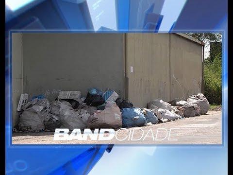 Moradores denunciam lixo jogado por galpão no Distrito Industrial