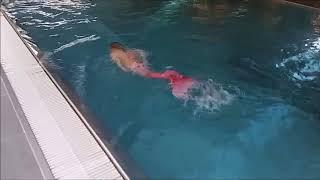 Nauka pływania w ogonie syreny . Syrenka w basenie