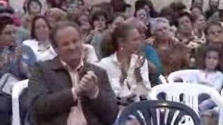 Larry Álvarez canta a la libertad en un mitin en Galdar.