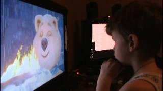 Ребенок смотрит закрытие олимпиады в Сочи