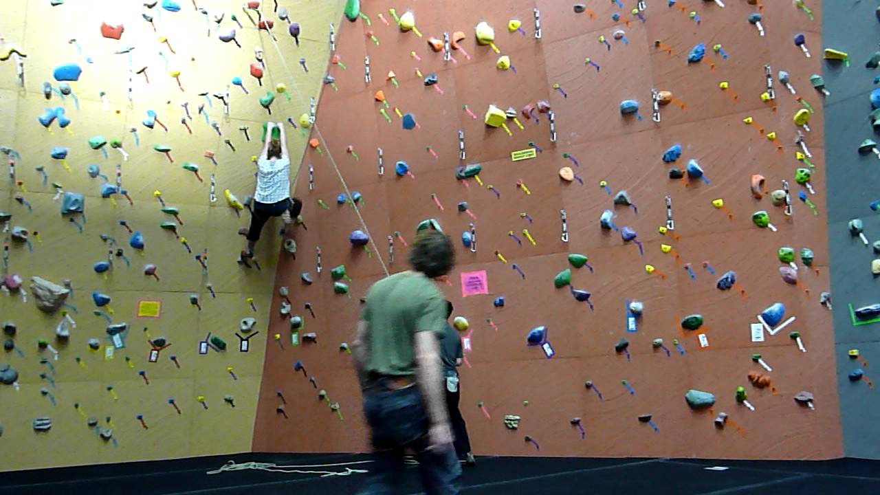Funny Video: Big Girl Wall Climbing Fail