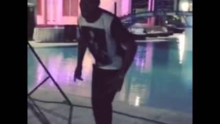 Didier Drogba danse okeninkpin de Serge beynaud - en concert à Abidjan le 1er mars 2015