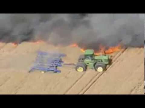 Un agriculteur fait un coupe feu en tracteur