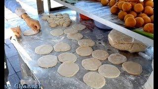 Ngỡ ngàng khi thấy thợ làm bánh tiêu trổ tài tại vỉa hè đường phố