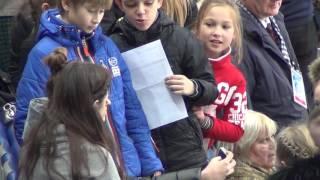 Evgenia MEDVEDEVA. Rostelecom Cup 2016. Евгения Медведева, автографы и мандарин.