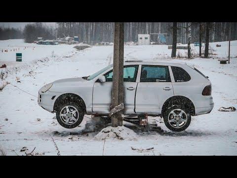 Porsche Cayenne против столба.
