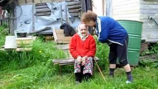 Бабушка.100лет  учит  косу  точить