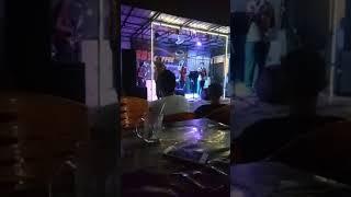 Antusias yang luar biasa dari penonton di REY COFFEE saat TIOMA TRIO menyanyikan lagu SELVI