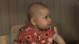 Agnes smakar morot/palsternacka