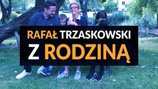 Rafał Trzaskowski: Z rodziną na ławce.
