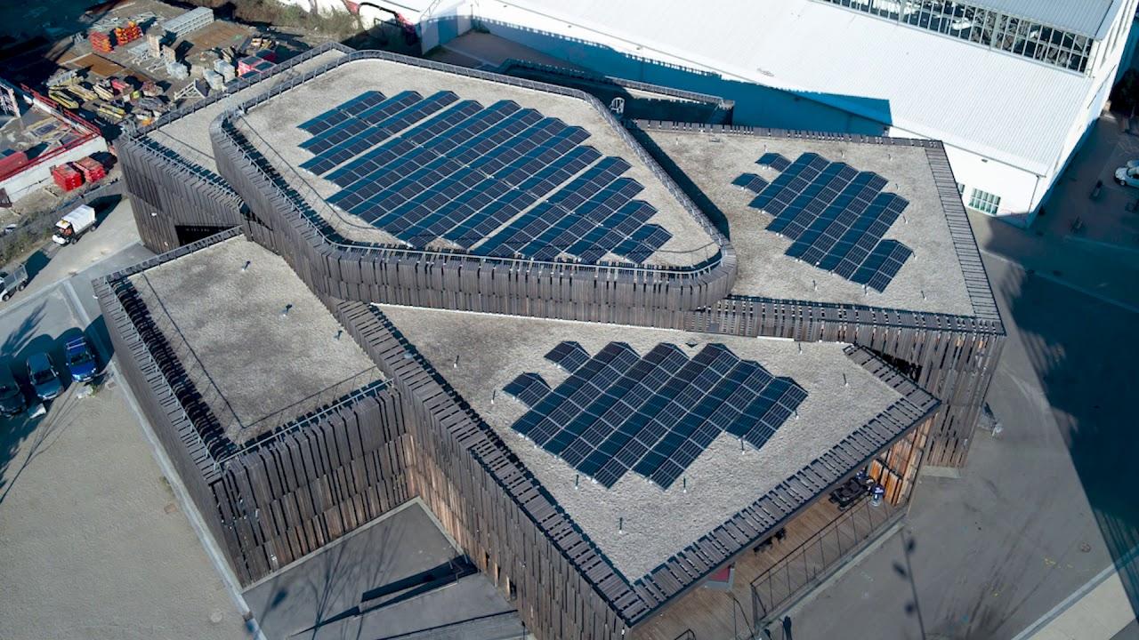 Installation des panneaux photovoltaïques sur le toit de La Belle Électrique