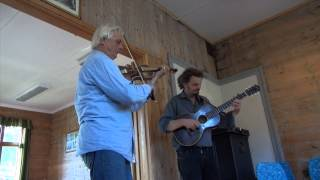 Jonas Åkerlund og  Anders Rosén spelar svensk-norsk folkemusikk i Grønsdalen i Samnanger